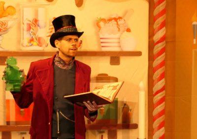 """petite photo du spectacle pour enfants """"Harry, le roi des sucreries"""" avec un bonbon"""
