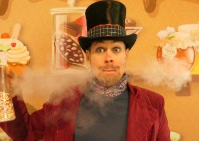 """petite photo du spectacle pour enfants """"Harry, le roi des sucreries"""" avec fumée"""